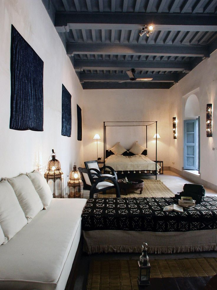 Riad Tchaikana black ceiling