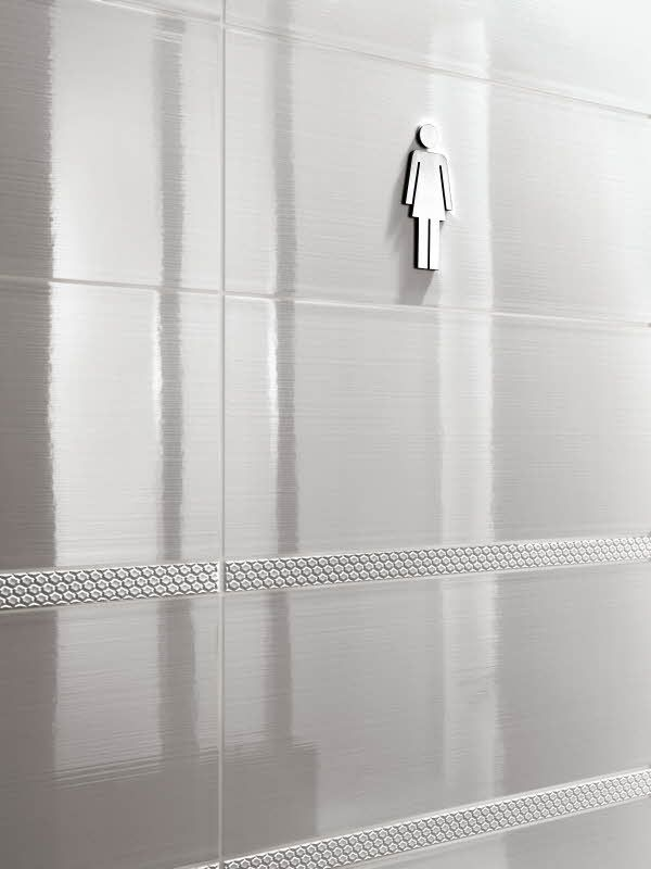 Swing seinälaattamalliston 2,5 x 50 cm kokoiset keraamiset listat antavat rytmiä seinäpintaan. Listojen värivaihtoehdot ovat musta ja valkoinen. Värisilmä, www.varisilma.fi
