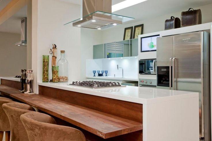 Como aproveitar melhor o espaço da cozinha pequena. Prefira um balcão, se a cozinha estiver muito apertada. É mais fácil para refeições rápidas. Aí você pode deixar a mesa na sala para as refeições em família e deixar a cozinha para um café da manhã ou lanche.  Fotografia: http://papodecasada.com.br