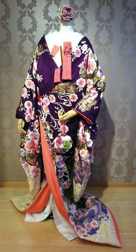花車富貴牡丹文/古くは身分の高い人のみに許された特別な色、紫。紫からふきにかけてのグラデーション、艶やかな牡丹の柄も印象的な一着です。合わせる小物によって、可憐な印象や凛とした印象など、おしゃれにお召し頂ける和装。このような日本伝統の装いで特別な日を迎えてみては如何でしょうか?