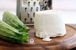 Ricotta maken door wei overgebleven na kaas maken te koken