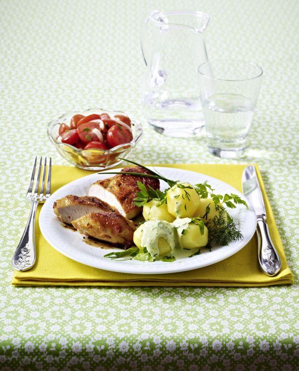 Unser beliebtes Rezept für Kleine Kartoffeln mit Frankfurter Soße, Tomatensalat und Hähnchenbrust und mehr als 55.000 weitere kostenlose Rezepte auf LECKER.de.
