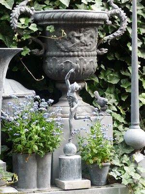 Some things and more ........: Sfeerfoto's van stadstuinen/ urn, statue, flowers, gray