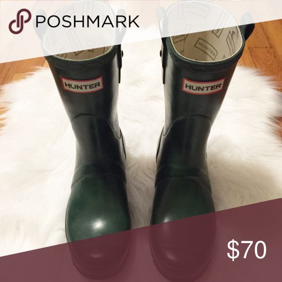 Hunter Original Short Wellies in Green In good condition! Men's size 6 or Women's size 7. Hunter Shoes Winter & Rain Boots