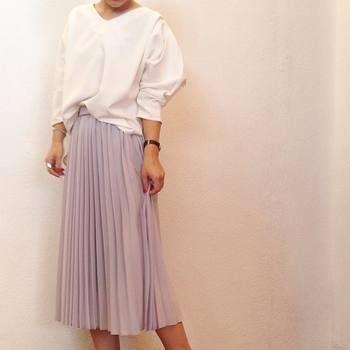 淡いパープルカラーのスカートには、シンプルなトップスを合わせて♪袖の形にこだわりのあるカットソーや小物でクールに大人っぽく。
