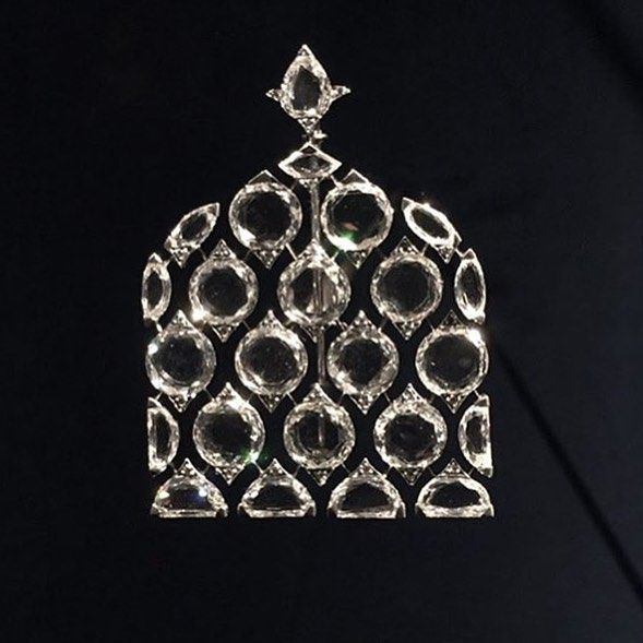 An exquisite diamond brooch, by Bhagat. Now on display at Grand Palais in Paris. @virenbhagat #bhagatjewels #highjewelry #jewelryart #jewelrydesign #jewelrydesigner #uniquejewelry #grandpalais #paris @the.al.thani.collection