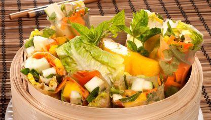 Bruno Oteiza prepara rollitos vietnamitas envueltos en obleas de arroz, rellenos de hortalizas frescas y mango y aliñados con aceite de guindilla y mantequilla de cacahuete.
