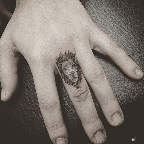 finger lion tattoo orta parmak aslan dövmesi