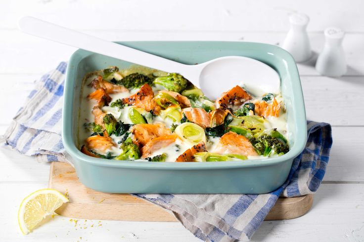 Varmrøkt laks setter en karakteristisk smak på denne ovnsretten med brokkoli og spinat. Servert med denne friske sitronsausen blir den knallgod!