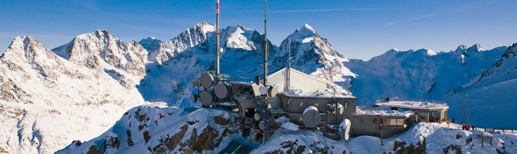 Corvatsch Bergstation - 3.308 m.ü.M.  Blick auf Piz Bernina und Roseg.
