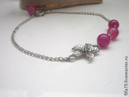 Браслет Лилия. Браслет Лилия.Нежный браслет на цепочке дополнен тремя бусинами розового цвета.Браслет подойдет для молодой девушки,а также на свадьбу для подружек невесты.