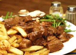Stoofvlees met frietjes op grootmoeders wijze