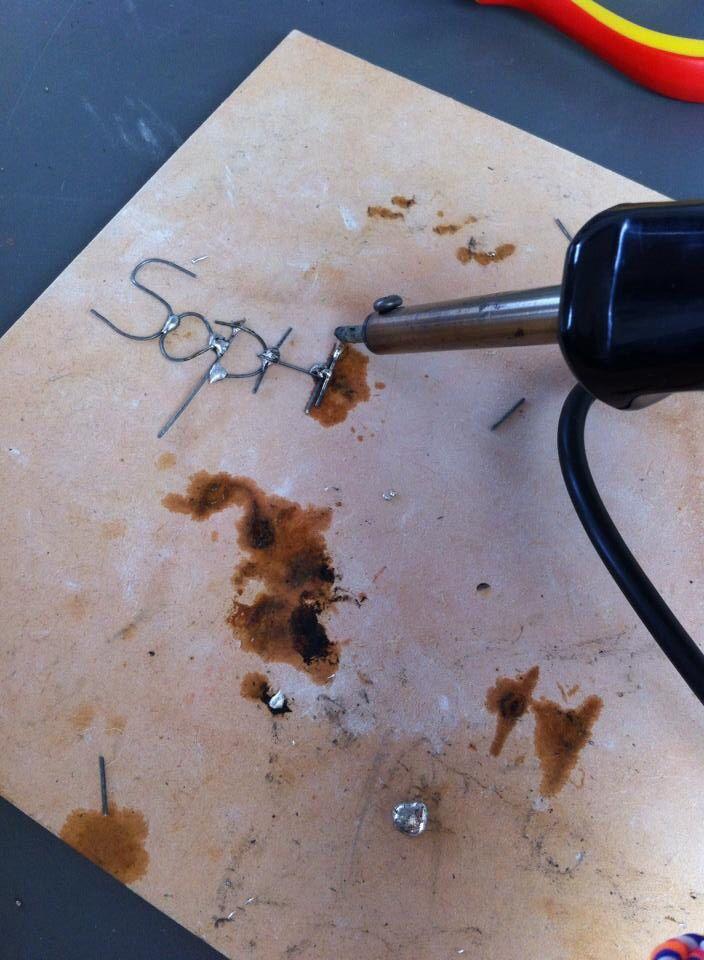 Naam solderen, juni 2014. Schrijven met ijzerdraad en tin.