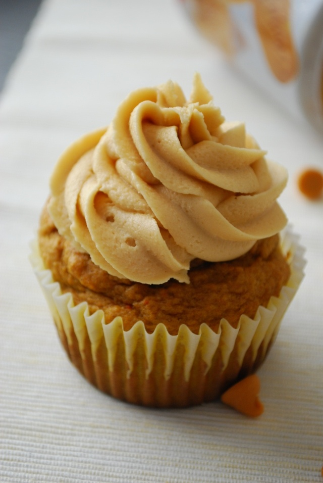 Pumpkin cupcakes with biscoff marshmallow frosting: Pumpkin Cupcakes, Happily Employment, Butterscotch Cupcakes, Pumpkin Butterscotch, Marshmallows Frostings, Domestic Rebel, Cupcakes Rosa-Choqu, Biscoff Marshmallows, Totally Forgotten