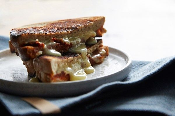 Toast med tomatpesto og Castello® Hvit med Trøffel