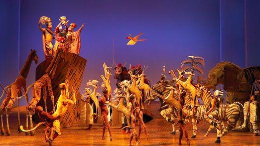 Revive la historia de Simba en el musical de Broadway El Rey León de Disney. ¡Disfrutarás como un enano!