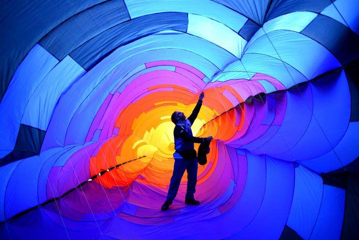 Un participant aux festival de cerfs-volants de Saint-Annes en Angleterre finit de préparer son équipement.