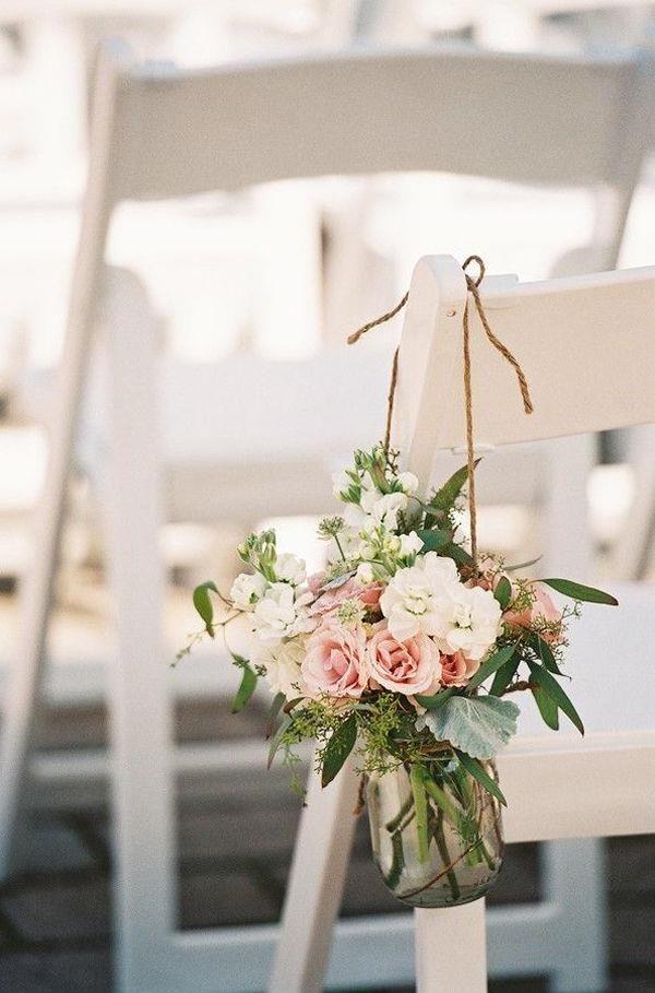 Blumendeko für die Stühle
