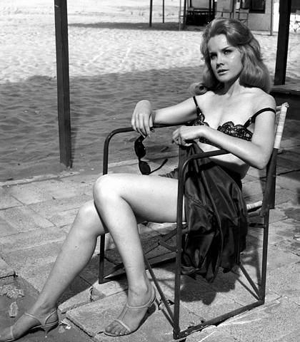 carroll+baker+station+six-sahara+sunglasses+1963.jpg (420×480)