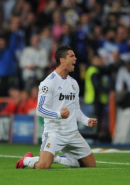 Cristiano Ronaldo del Real Madrid celebra anotando gol de un tiro libre durante el partido G grupos de la Champions League entre el Real Madrid y el AC Milan en el Estadio Santiago Bernabéu el 19 de octubre de 2010 en Madrid