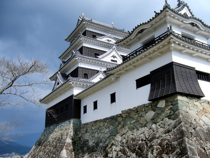 Ozu Castle was entirely reconstructed on the old walls. The new structure was built using construction techniques researched using medieval documents.