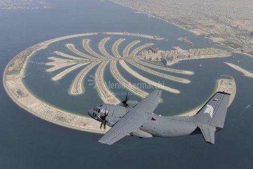 ll velivolo Alenia Aermacchi C-27J Spartan in volo sull'area di Dubai. Il C-27J Spartan è il best seller mondiale nella categoria degli aerei da trasporto tattico medio di nuova generazione