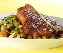 Gegrilltes T-Bone-Steak mit rassigem Kartoffelsalat