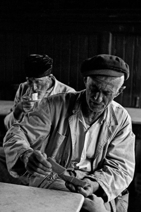 Ara Güler; Salacak'taki sahil kahvesinde iskambil oynayanlar, 1956