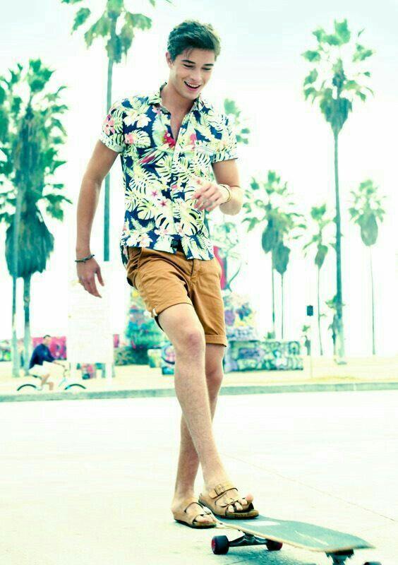 Pour ce temps chaud, une tenue incroyable comme cela est parfait pour notre bel homme. Notre modèle ici porte une chemise hawaïenne avec un short! Il porte un bracelet assorti avec des sandales pour les hommes. Voici, une tenue incroyable prêt pour l'été!-Nisha