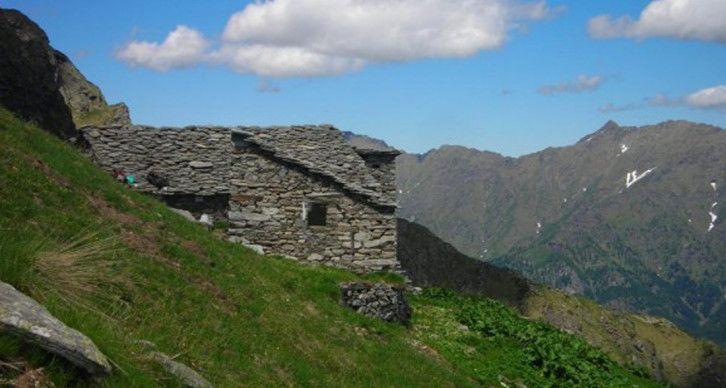 RICOVERO ALPINO SAJUNCHE - Situato in Alpe Sella Alta a 2047 m. L'interno è un locale cucina con pentole per preparare del cibo caldo e dormitorio con letti a castello. Deposito legna, da raccogliere nei dintorni o lungo la salita, nel locale.