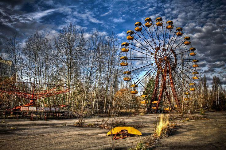La ville abandonnée de Prypiat en Ukraine. Elle abritait les ingénieurs de la centrale nucléaire de Tchernobyl. le 26 avril 1986, les villes de Tchernobyl et Pripyat étaient frappées par une catastrophe nucléaire, certainement la plus importante de l'histoire. Le nuage radioactif avait dévasté les alentours de la centrale et notamment la ville de Prypiat où près de 50 000 ouvriers vivaient à cette époque. 28 années après la catastrophe, la radioactivité est toujours aussi présente.