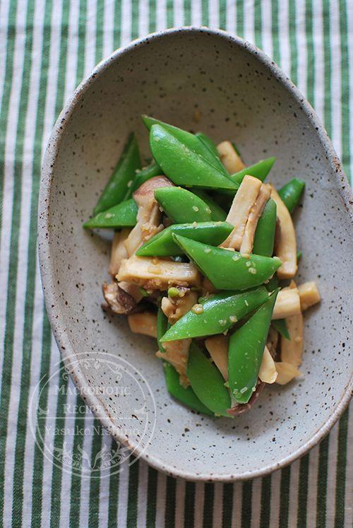 エリンギとスナップえんどうの味噌炒め  エリンギ…100g、スナップエンドウ…100g、生姜みじん切り…小さじ2分の1、    ごま油…小さじ4分の1、出汁(昆布+干し椎茸だし)…30cc、麦味噌…小さじ4分の1、1.エリンギは、半分くらいの長さにしてから手で裂く。   スナップエンドウは、ヘタとスジを取ってから斜め半分に切る。    2.フライパンを中火で温め、ごま油を入れて熱し、生姜みじん切りとエリンギを1分炒める。    3.出汁とスナップエンドウを加え、菜箸で混ぜる。    4.麦味噌を加え、よく混ぜながら、汁を飛ばす。    ★汁気がなくなるように、パリッと仕上げます
