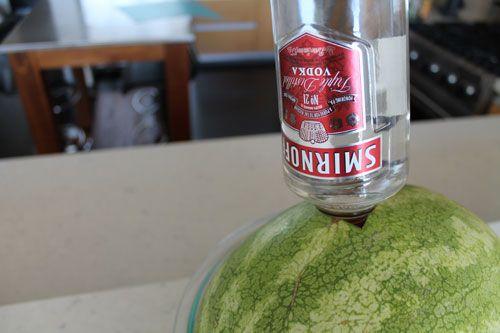 """MELANCIA ATÔMICA  A melancia é uma das frutas com maior poder de hidratação, afinal, ela nada mais é que uma grande esponja de água doce, ou seja, é uma das melhores pedidas do verão. O preparo é simples: basta fazer um buraco do tamanho do gargalo da garrafa, inseri-la na melancia e pronto! Depois que ela """"beber"""" toda a garrafa de vodca você já pode comê-la."""