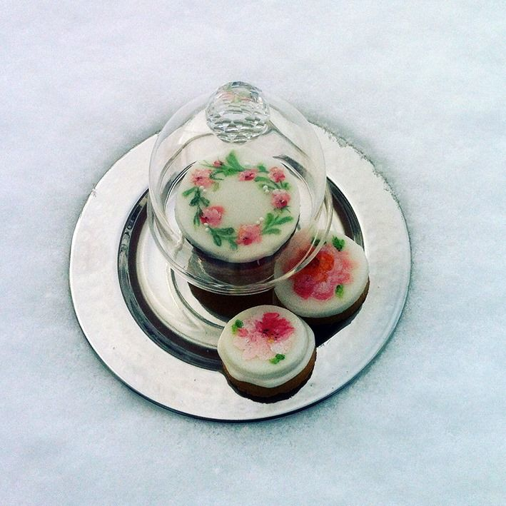 Miniature cakes, pretty little handpainted cookies, so decorative on your candy bar or on your guest's plate.... by www.yavescakeink.de