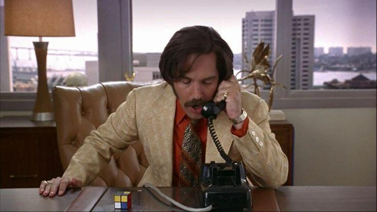 2x2 en el escritorio de Paul Rudd en Anchorman