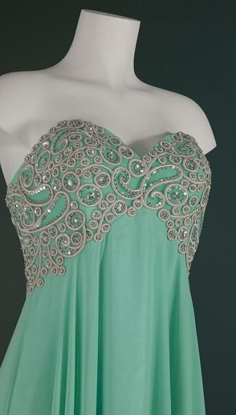 Deze fantastische mint jurk heeft een rijk gedecoreerd lijfje met witte borduursels en zilveren kralen en stenen!  Prijs 272,50 www.degalazaak.nl