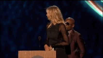And the 6ft 2in star did her best to highlight their obvious differences. | Maria Sharapova Made Floyd Mayweather Look Very Small At The ESPY Awards