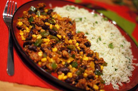 Pyszne chili con carne tym razem z ryżem. Mięso wołowe, papryka i pomidory w parze z aromatycznymi przyprawami na pewno będzie wam smakowało. Jako dodatek proponujemy tym razem ryż. Można także podawać z nachosami, szczególnie polecamy na spotkanie z przyjaciółmi. I pamiętaj - z chili con carne jest jak z bigosem - najlepiej smakuje po podgrzaniu gdy wszystkie smaki przejdą przyprawami i się przegryzą. Jest to na prawdę rewelacyjne danie dla całej rodziny i przyjaciół.