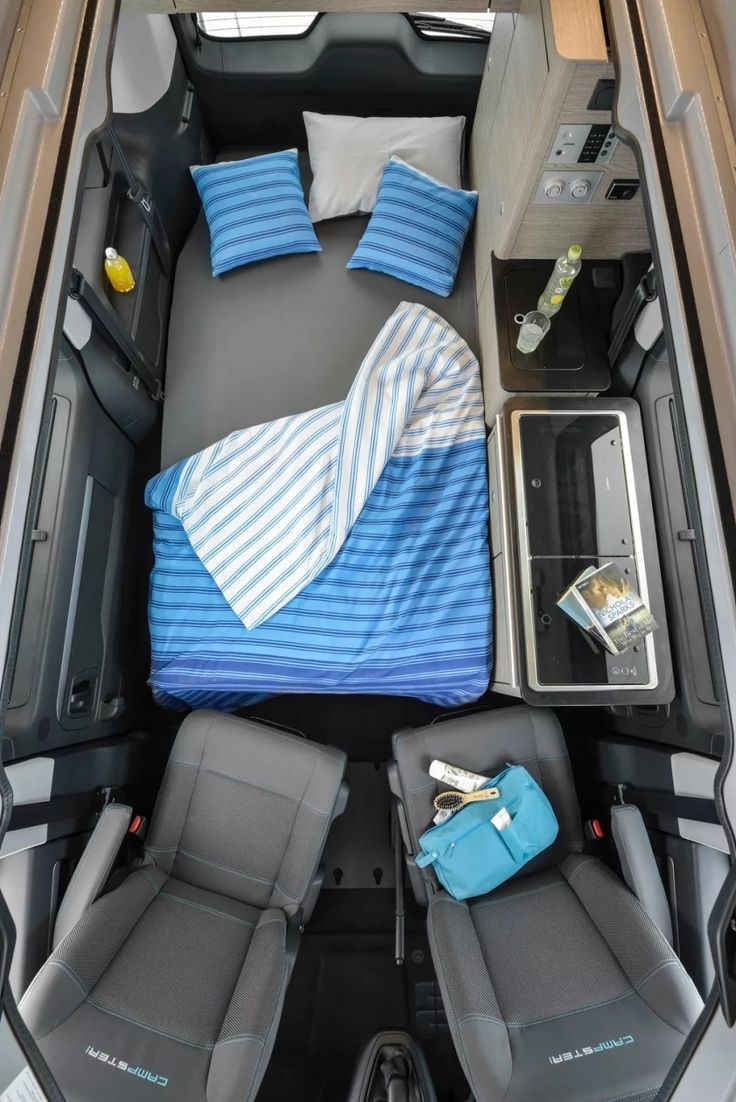 Looks A Lot Like Our Old Westy With Way Less Space Between The Bed And Seats Camper Interieur Camper Van Camping