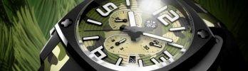 今年7月、日本に上陸した腕時計「ロッド(ROD)」の新作、「カモフラージュ・スペシャル・エディション」が発表されました。ロッドは時計業界で20年以上のキャリアを積んだマーク・コーヴェンとシルヴァン・ボジョアの2人によって、2012年にスイス・ヌーシャテルで創設されたブランドです。デザイナーは、世界的なプロダクト&ウォッチデザイナーのロドルフ・カテュン。新作のベースとなっているのは、ブランドのポリシーを反映し、現代的でカジュアルな雰囲気を表現した「アイコニック・クロノグラフ」です。独特なデザインのリューズガードを備えた、迫力あるフォルムの同モデルですが、そのダイヤルとシリコンストラップに迷彩柄を施して、実にインパクトのある品に仕上げています。ムーブメントはクオーツを使用して、価格も実にリーズナブル。ミリタリー系腕時計やカムフラ柄好きにとっては、まさに見逃すことのできない1本です。(Pen編集部)