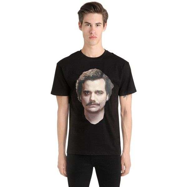 Ih Nom Uh Nit Men Narcos Pablo Escobar Printed T-shirt (4,220 MXN) ❤ liked on Polyvore featuring men's fashion, men's clothing, men's shirts, men's t-shirts, black, mens shirts, mens leopard print t shirt, mens print shirts, mens t shirts and mens patterned shirts