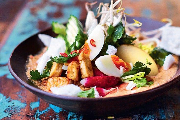 """Dit heerlijke recept voorgado gadokomt uit Jamie Oliver's nieuwe boek """"Jamie's comfort food"""". Uitgegeven door Kosmos Uitgevers en te koop voor € 29,99. """"Dit is een van oorsprong Soendanese megasalade die je in het Indonesische Jakartategenwoordig overal op straat kunt kopen. Gado gado betekent letterlijk mengelmoes ofpotpourri, wat verwijst naar de verschillende seizoensgroenten en ingrediënten …"""