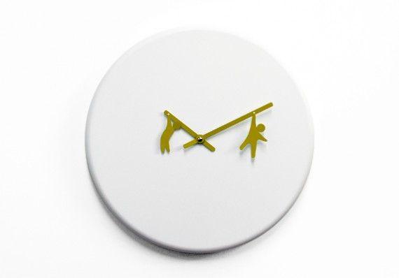 Time2Playという名前の壁掛け時計。 針にぶら下がる人のシルエットがかわいい。アイデアも何かに応用できそうです。