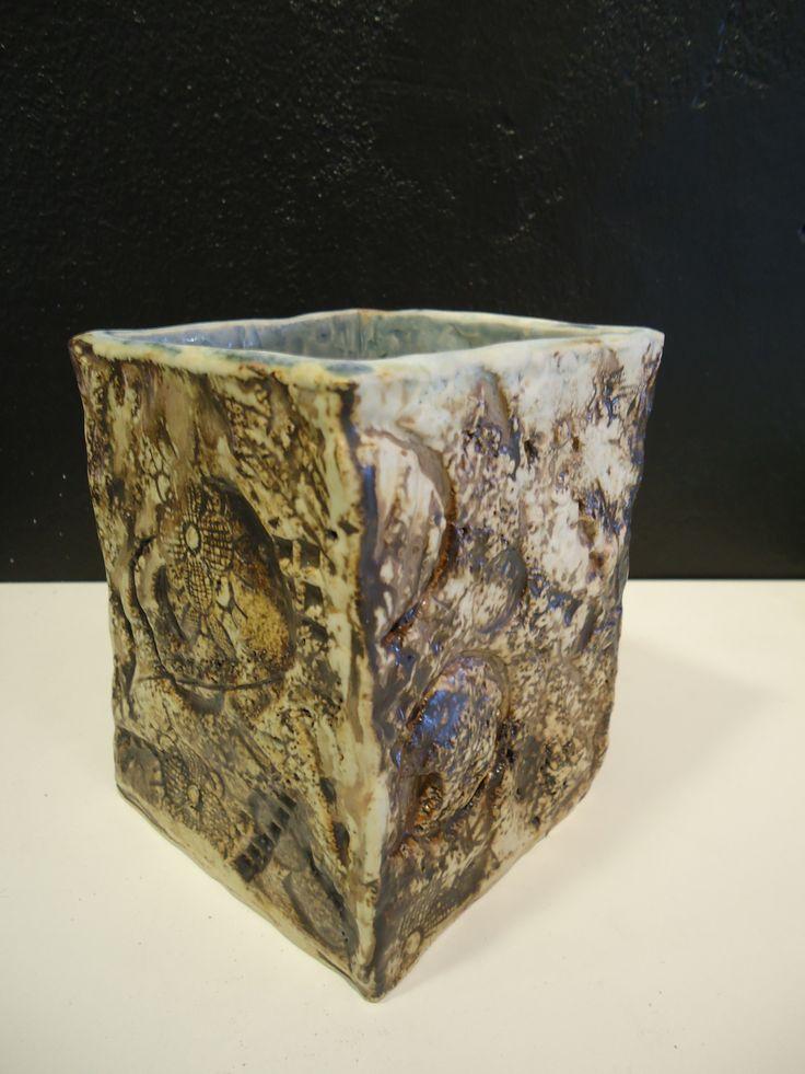 Savi: Creaton 264 white, schamotte 25% 0-0,5 mm, 1000-1280°C  Väri: mangaanioksidi ja rautaoksidi Lasite ulkopuolella: matta väritön Lasite sisäpuolella: sinivihreä, rutiili, Fe2O3, CoO