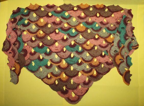 Dieses Tuch kann mit jedem Garn gestrickt werden und wird diagonal von links nach rechts gearbeitet. In diesem Beispiel verwende ich 4-fädige Sockenwolle mit einem recht kurzem Farbverlauf. Das Tuc…