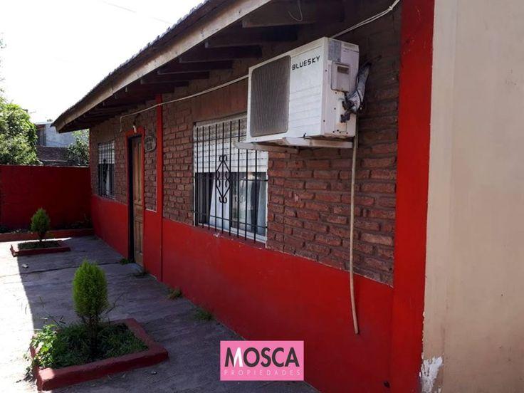 Casa sobre lote de 297 m2. con todos los servicios, ubicada a solo 100 metros de autopista Acceso Oeste y a 200 metros de Av. Victorica, La propiedad construida en una planta cuenta con living, cocina comedor, baño, 2 dormitorios (uno a terminar). toilette. entrada de autos pasante.  Referencia ( 1847) Contáctenos Dirección: Dr. Asconape 325 - Moreno (1744) Buenos Aires - Argentina Teléfono: 0810.220.66722(mosca) WhatsApp: (5411) 15 3240 1541 Mail: info@moscapropiedades.com.ar  Si te…