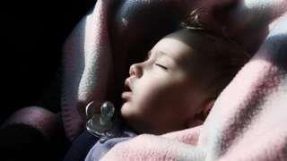 Image copyright                  Getty Images                  Image caption                                      Aunque el entrenamiento del sueño parezca algo maravilloso para quienes pueden costearlo, no hay consenso sobre cuán positivo es para los niños.                                ¿Su hijo no duerme y no le deja dormir? Búsquele un entrenador, le re