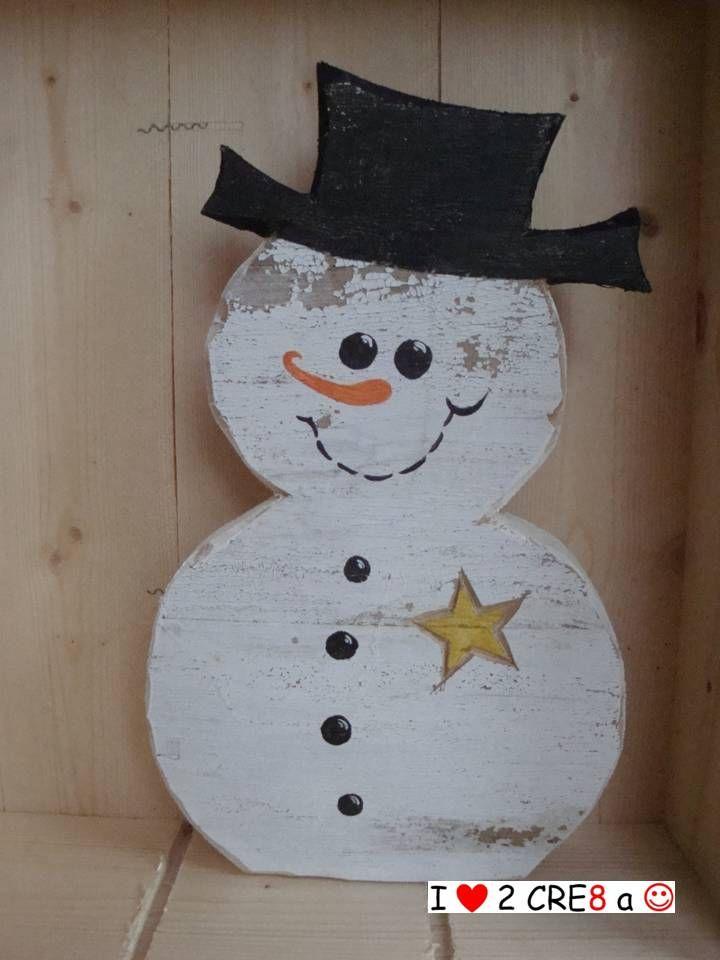 sneeuwman van hergebruikt hout met verweerde look. In 3 modellen verkrijgbaar: met ster, met sneeuwvlok of met dennenboom. € 12,50