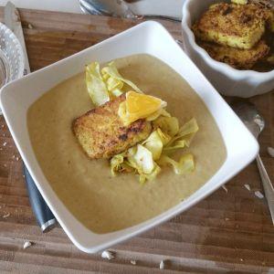 Scharfe Spitzkohlsuppe mit Orangen-Curry-Tofu