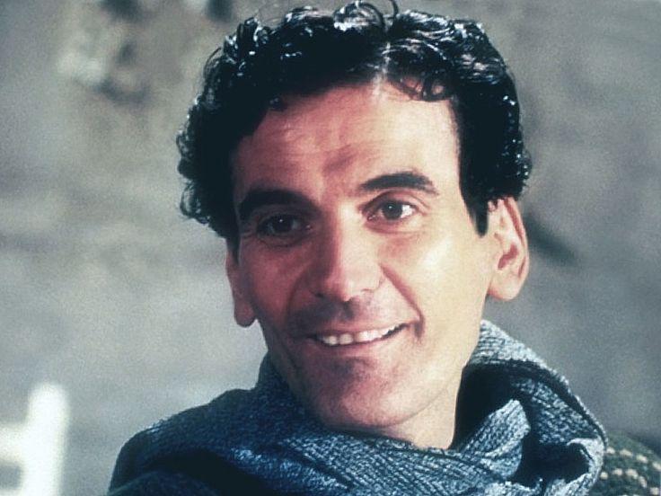Massimo Troisi • La ricchezza dei poveri è rappresentata dai loro figli, quella dei ricchi dai loro genitori.